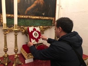 Antonio Díaz Arnido realiza una miniatura para la portada del Libro de Constituciones de Ntro. Padre Jesús con la Caña